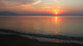 Sonnenaufgang am leeren Strand Lizenzfreie Stockfotos