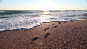 Sonnenaufgang in Meer mit Wellen und Abdruck stock video