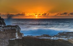 Sonnenaufgang-Meerblick mit orange Himmel und Sun lizenzfreies stockbild