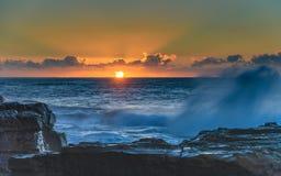 Sonnenaufgang-Meerblick mit tiefen Wolken und dem orange Himmel-und Sun-Steigen lizenzfreie stockfotografie