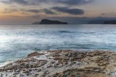 Sonnenaufgang-Meerblick mit weichem Grey Clouds lizenzfreie stockbilder