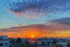 Sonnenaufgang mit bewölktem Himmel stockfoto