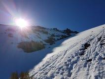 Sonnenaufgang mit blauem Himmel, Sonne und Schnee in Cañadas Del Teide, Teneriffa Lizenzfreies Stockbild