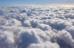 Sonnenaufgang mit blauem Himmel und weißer Wolke von der Ebene Stockfoto