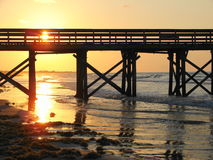 Sonnenaufgang mit dem Dock Stockfotos