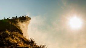 Sonnenaufgang mit der Spitze des Berges und des Nebels Lizenzfreie Stockbilder