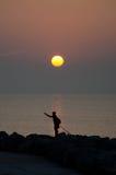 Sonnenaufgang mit einem Schattenbild eines Fischers, Caorle, Italien, Stockfotos