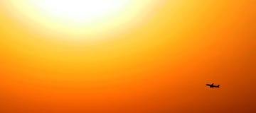 Sonnenaufgang mit Flugzeugflugzeugen im contre-jour Stockbilder