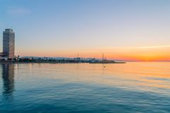 Sonnenaufgang mit Hafen Olimpic in Barcelona stockfotografie