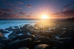 Sonnenaufgang mit interessantem voll des Felsenvordergrunds Stockfotografie