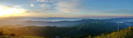 Sonnenaufgang mit Nebel, Himmel und Windkraftanlage lizenzfreie stockfotos