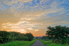 Sonnenaufgang mit schönem Himmel (Wolkenbildung) stockfotografie