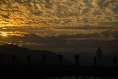 Sonnenaufgang mit Schattenbild der Statue der Einheit in der Fotografie stockbilder