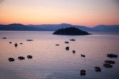 Sonnenaufgang mit Schiffen im Hafen Stockfotografie