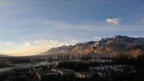 Sonnenaufgang mit Schneeberg   lizenzfreies stockbild