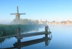 Sonnenaufgang mit Windmühlen Lizenzfreie Stockfotos