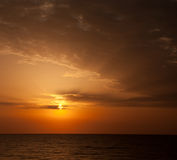 Sonnenaufgang mit Wolken und Horizont. Stockfotos