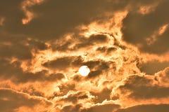 Sonnenaufgang, Morgenhimmel Goldener Himmel Goldene Wolke Sonnenuntergang mit goldenem gelbem Himmel Die letzte Stunde am ersten  Stockfotografie