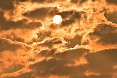 Sonnenaufgang, Morgenhimmel Goldener Himmel Goldene Wolke Sonnenuntergang mit goldenem gelbem Himmel Die letzte Stunde am ersten  Lizenzfreies Stockfoto