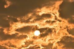 Sonnenaufgang, Morgenhimmel Goldener Himmel Goldene Wolke Sonnenuntergang mit goldenem gelbem Himmel Die letzte Stunde am ersten  Lizenzfreies Stockbild