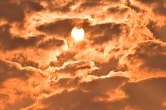 Sonnenaufgang, Morgenhimmel Goldener Himmel Goldene Wolke Sonnenuntergang mit goldenem gelbem Himmel Die letzte Stunde am ersten  Lizenzfreie Stockfotografie