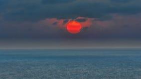 Sonnenaufgang, Morgenrot, blaues Meer Stockfotos