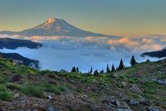 Sonnenaufgang Mt.-Adam mit Wolken. Lizenzfreies Stockfoto