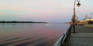 Sonnenaufgang nahe dem Fluss lizenzfreies stockbild