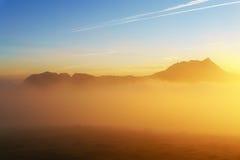 Sonnenaufgang am nebeligen Morgen von Saibi mit Ansicht von Anboto Stockbilder