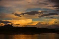 Sonnenaufgang oder Sonnenuntergang am Berg lizenzfreies stockbild
