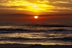 Sonnenaufgang oder Sonnenuntergang in Meer Lizenzfreie Stockfotografie