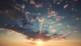 Sonnenaufgang oder Sonnenuntergang mit flaumigen Wolken und hellen Strahlen im Himmel, Video stock video