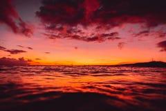 Sonnenaufgang oder Sonnenuntergang in Ozean mit Wellen in den Tropen stockbilder
