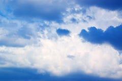 Sonnenaufgang- oder Sonnenuntergang- und Weißwolken des blauen Himmels 171019 0213 Stockfotos