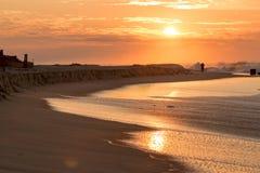 Sonnenaufgang am Ozean-Strand Long Island während des strom stockfotos