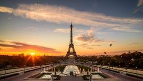 Sonnenaufgang in Paris, vor Eiffelturm stockbilder