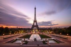 Sonnenaufgang in Paris, vor Eiffelturm lizenzfreie stockfotos