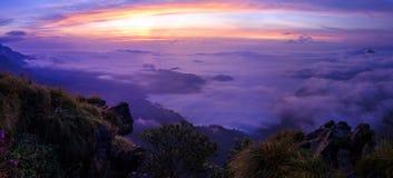 Sonnenaufgang am Phu-Chi-Fa Forest Park Stockbild