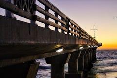 Sonnenaufgang am Pier lizenzfreie stockfotografie