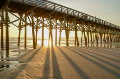 Sonnenaufgang am Pier in Myrtle Beach, South Carolina lizenzfreie stockfotografie