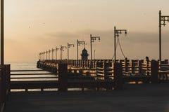 Sonnenaufgang an Prachuap-Bucht, Armphoe Mueang, Prachuapkhirikhan, thailändisch lizenzfreies stockfoto