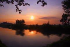 Sonnenaufgang am Rand der Reisfelder stockfotografie