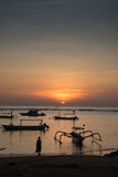 Sonnenaufgang Sanur Bali mit lokalen Booten Lizenzfreie Stockbilder