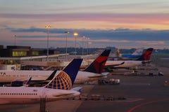 Sonnenaufgang an Schipol-Flughafen Stockfotografie