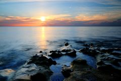 Sonnenaufgang an Schlagfelsen Coral Cove Beach stockbild