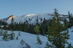 Sonnenaufgang an schneebedecktem Mt St Helens Stockbilder