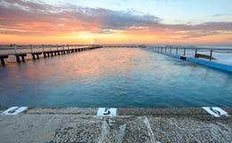 Sonnenaufgang-Schwimmen Nord-Narrabeen Stockfotos