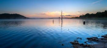 Sonnenaufgang am See Samsonvale, Queensland stockbilder
