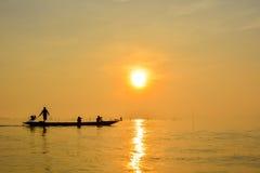Sonnenaufgang am See Thailand Stockbilder