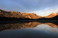 Sonnenaufgang am See Totoral im Herbst, Argentinien lizenzfreie stockbilder